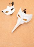 2 белых маски на предпосылке пробочки деревянной Стоковое Изображение