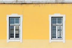 2 белых окна на желтой стене Стоковые Изображения