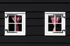 2 белых окна с красными checkered занавесами Стоковая Фотография RF