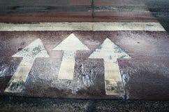 3 белых дорожной разметки стрелки Стоковое Фото