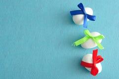 3 белых пасхального яйца с смычками другого цвета Стоковое Изображение