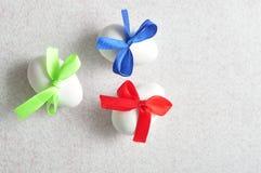 3 белых пасхального яйца с смычками другого цвета Стоковые Изображения RF