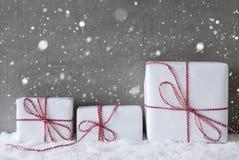 3 белых подарка с снежинками, космосом экземпляра Стоковое Фото