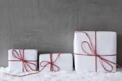 3 белых подарка, цемент, космос экземпляра Стоковые Фото