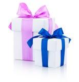 2 белых подарочной коробки связали розовое и голубые ленты обхватывают изолированный Стоковые Фотографии RF