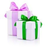 2 белых подарочной коробки связали розовое и зеленые ленты обхватывают изолированный Стоковое Изображение