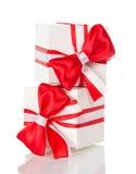 2 белых подарочной коробки с красным смычком и лентой Стоковые Изображения RF
