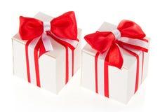 2 белых подарочной коробки с красным смычком Стоковое Фото