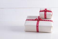 2 белых подарочной коробки с точками польки красная лента Стоковое Фото
