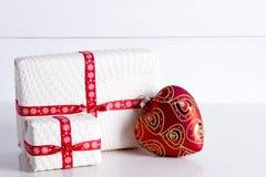 2 белых подарочной коробки с точками польки Стоковые Изображения RF