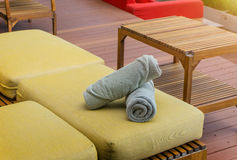2 белых полотенца лежа на шезлонгах Стоковая Фотография RF
