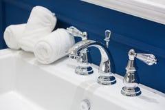 3 белых полотенца руки на белом тазе Стоковая Фотография RF