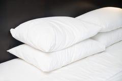 4 белых подушки на кровати крыто Стоковые Фото