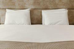 2 белых подушки Стоковые Фотографии RF