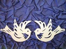 2 белых птицы. Бумажное вырезывание. Стоковое Изображение RF
