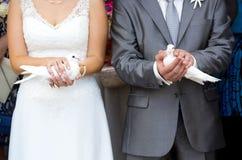 2 белых птицы - голуби - на руках жениха и невеста Стоковые Фото