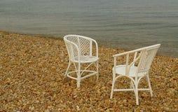 2 белых пустых стуль на пляже Стоковые Изображения RF