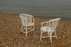 2 белых пустых стуль приближают к морю Стоковое фото RF