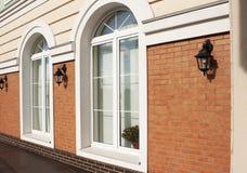 2 белых пластичных окна Стоковые Фотографии RF
