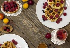 2 белых плиты с взгляд сверху waffles на таблице Стоковое Изображение RF