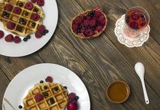 2 белых плиты с waffles медом и ложкой Стоковые Изображения