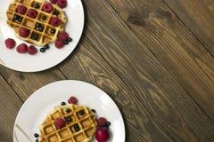 2 белых плиты с waffles Стоковые Изображения RF