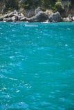 2 белых рыбацкой лодки танцуя на волнах моря Стоковые Изображения