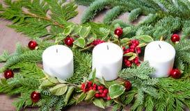 3 белых свечи в centerpiece Стоковые Изображения