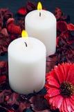 2 белых свечи горя на голубой предпосылке Стоковая Фотография RF