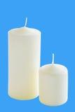 2 белых свечи на голубой предпосылке Стоковые Фотографии RF
