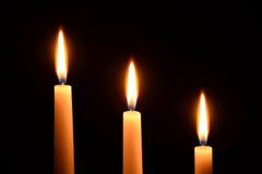 3 белых свечи на черной предпосылке Стоковое Изображение RF