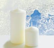 2 белых свечи на windowsill в зиме Стоковая Фотография