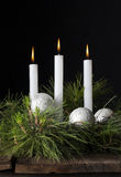 3 белых свечи рождества орнаментируют 2 Стоковая Фотография RF