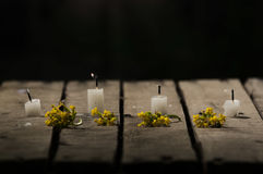 4 белых свечи сидя на деревянной поверхности, отсутствие пламен воска горя, с черной предпосылкой, красивую светлую установку Стоковое Изображение
