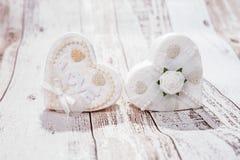 2 белых сердца на деревянной предпосылке Стоковое Фото