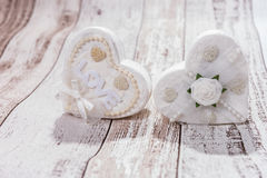2 белых сердца на деревянной предпосылке Стоковые Изображения