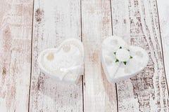 2 белых сердца на деревянной предпосылке Стоковое фото RF