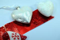3 белых сердца на красном держателе Стоковое Изображение RF