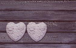 2 белых сердца на постаретой деревянной предпосылке Стоковые Изображения RF