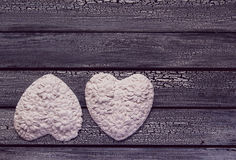 2 белых сердца на постаретой деревянной предпосылке Стоковое Фото