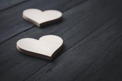 2 белых сердца на черной предпосылке Стоковое Изображение
