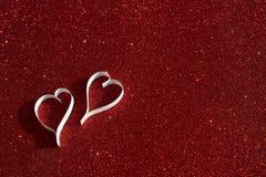 2 белых сердца от бумаги на красной предпосылке Стоковое Изображение