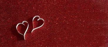 2 белых сердца от бумаги на красной сияющей предпосылке Стоковые Фото
