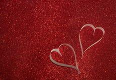 2 белых сердца от бумаги на красной сияющей предпосылке Стоковые Фотографии RF
