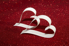 2 белых сердца от бумаги на сияющей предпосылке Стоковое Фото