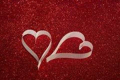 2 белых сердца от бумаги на сияющей предпосылке Стоковая Фотография