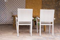 2 белых стуль в террасе Стоковая Фотография