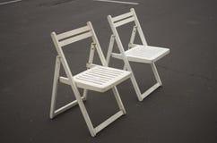2 белых стуль складчатости Стоковые Фото
