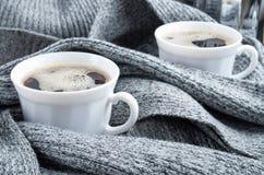 2 белых чашки кофе обернутой в шарфе Стоковая Фотография