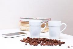 2 белых чашки кофе стоя на белой таблице Стоковые Фотографии RF